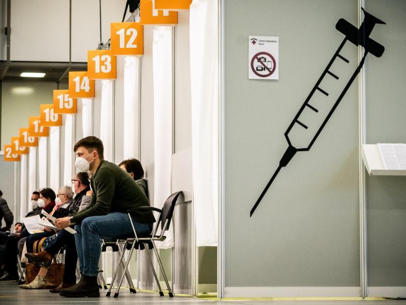 Menschen warten im Corona-Impfzentrum auf dem Messegelände auf ihre Impfung. Mehrere Politiker fordern eine Impfterminschwänzer-Abgabe. Foto: Michael Kappeler/dpa