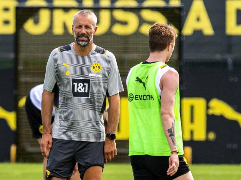 Marco Rose (l) leitete sein erstes Training als neuer BVB-Coach. Foto: David Inderlied/dpa