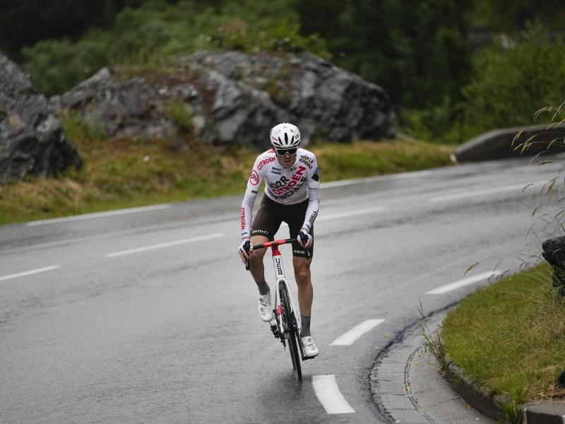 Der Australier Ben O'Connor gewann in den Alpen die neunte Tour-Etappe. Foto: Daniel Cole/AP/dpa