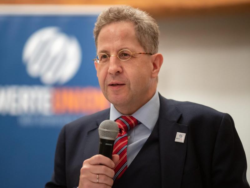 Hans-Georg Maaßen wirft den öffentlich-rechtlichen Medien «Meinungsmanipulation» und die Anwendung von «Tricks» vor. Foto: Michael Reichel/dpa