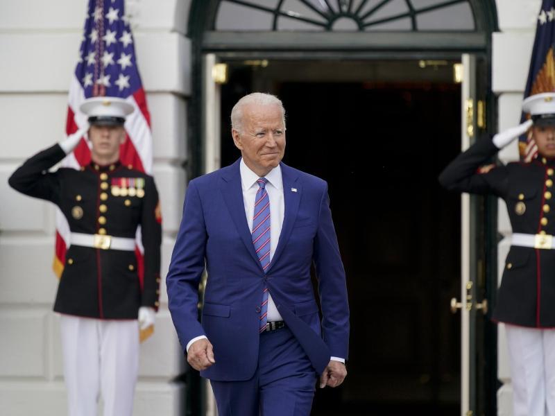 Joe Biden, Präsident der USA, kommt zu einer Feier zum Unabhängigkeitstag auf dem Südrasen des Weißen Hauses. Foto: Patrick Semansky/AP/dpa