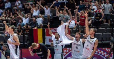 Nach ihrem Olympia-Coup von Split starteten die deutschen Basketballer noch in den Katakomben der Spaladium Arena ihre große Tokio-Sause. Foto: Tilo Wiedensohler/dpa