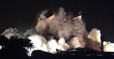 Die Gebäudereste des in Miami teilweise eingestürzten Wohnkomplexes sind kontrolliert gesprengt worden. Foto: Lynne Sladky/AP/dpa