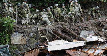 Retter suchen weiter nach Opfern in Atami. Foto: Uncredited/Kyodo News via AP/dpa