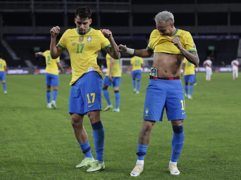 Brasiliens Lucas Paqueta (l) feiert mit Teamkollege Neymar nach dem Führungstreffer seiner Mannschaft. Foto: Silvia Izquierdo/AP/dpa