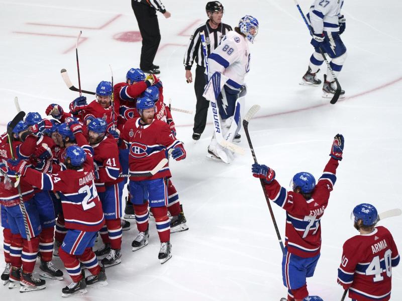 Die Spieler der Montreal Canadiens ein Tor von Josh Anderson in der Verlängerung feiern. Foto: Paul Chiasson/The Canadian Press via AP/dpa