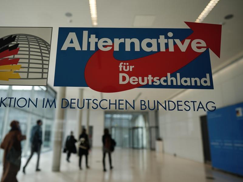 Personen gehen vor den Sitzungssälen der AfD Fraktion im Deutschen Bundestag. Foto: Michael Kappeler/dpa