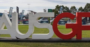 Ein Logo des Grand Prix steht am Albert Park Circuit. Foto: Scott Barbour/AAP/dpa