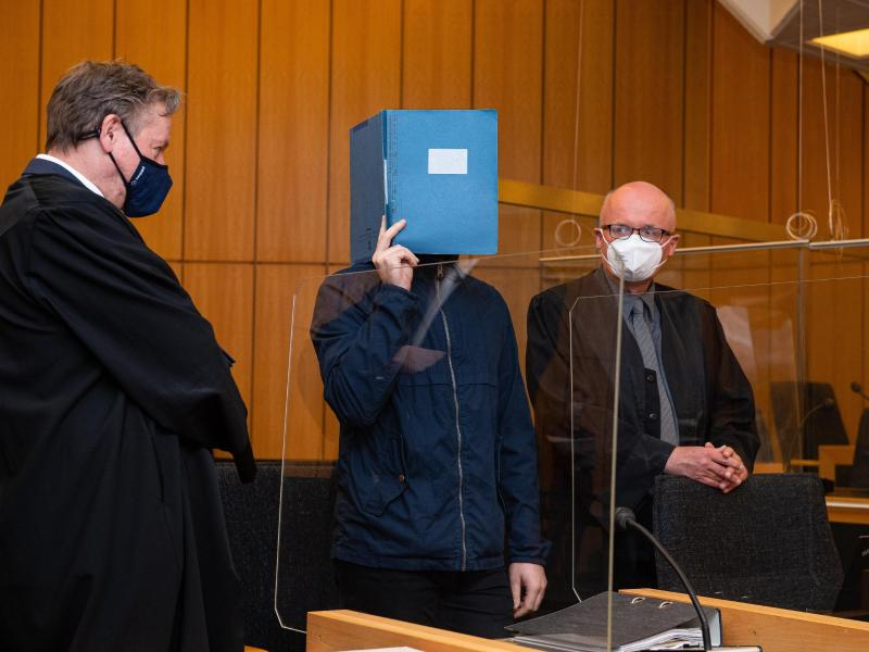 Der Hauptangeklagte (m.) wurde vom Landgericht Münster zu 14 Jahren Haft verurteilt. Foto: Guido Kirchner/dpa pool/dpa