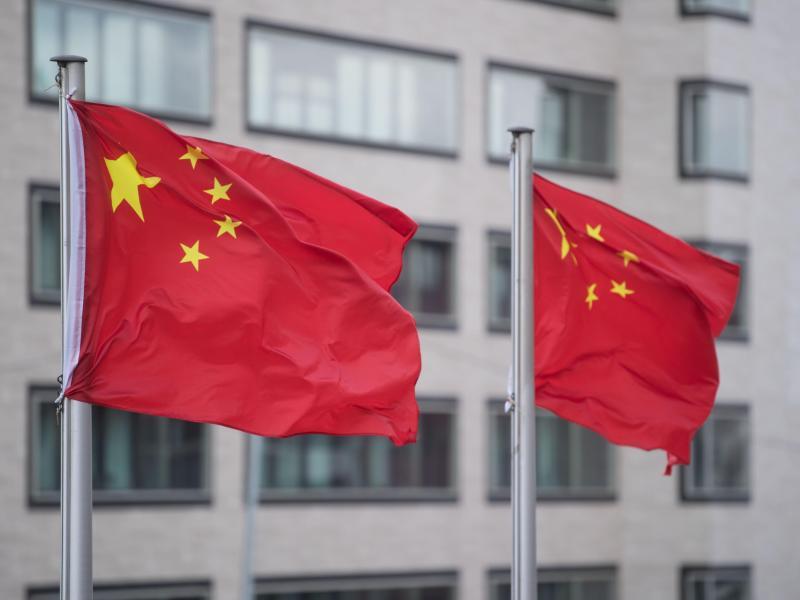 Gegen einen deutschen Politologen besteht der Verdacht der Spionage für China. Der Mann soll unter anderem vor oder nach Staatsbesuchen Informationen an den chinesischen Geheimdienst übermittelt haben. (Symbolbild). Foto: Marijan Murat/dpa