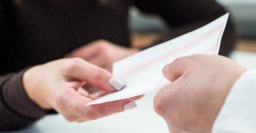 Ein rosa Kassenrezept können Versicherte 28 Tage lang einlösen, ehe es verfällt. Foto: Christin Klose/dpa-tmn
