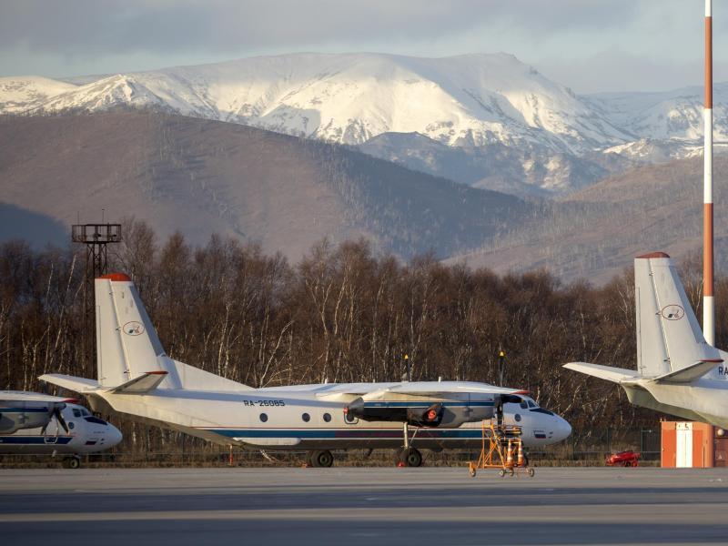 Passagierflugzeug vom Typ An-26 mit der gleichen Bordnummer wie das vermisste Flugzeug 2020 auf dem Flughafen Elizovo. Foto: Marina Lystseva/AP/dpa