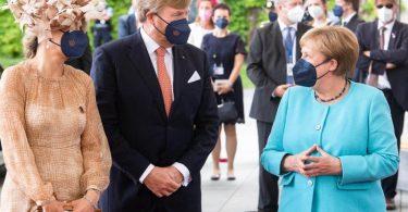 Bundeskanzlerin Angela Merkel (r) begrüßt König Willem-Alexander und Königin Máxima vor dem Bundeskanzleramt. Foto: Bernd von Jutrczenka/dpa