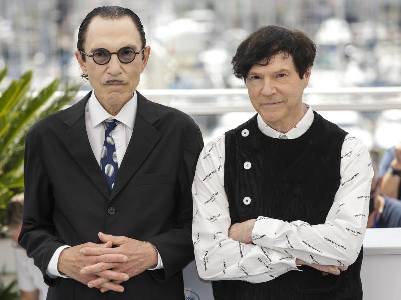 Ron (l)und Russell Mael sind die Sparks. Mit ihrem Musicalfilm «Annette» wird das Filmfestival von Cannes eröffnet. Foto: Vianney Le Caer/Invision/AP/dpa