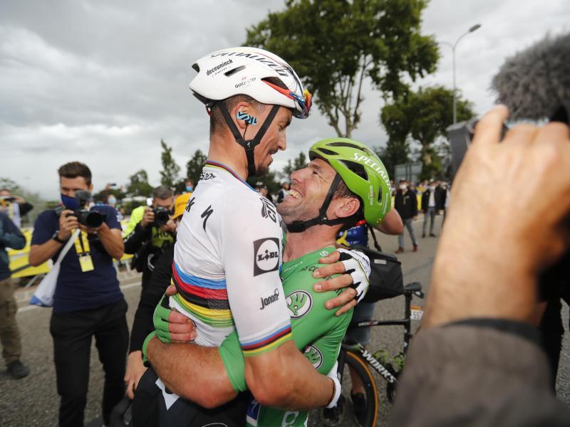 Dank an den Weltmeister:Mark Cavendish (r) feiert nach seinem 33. Tour-Etappensieg mit seinem Teamkollegen Julian Alaphilippe. Foto: Pool Cor Vos/BELGA/dpa
