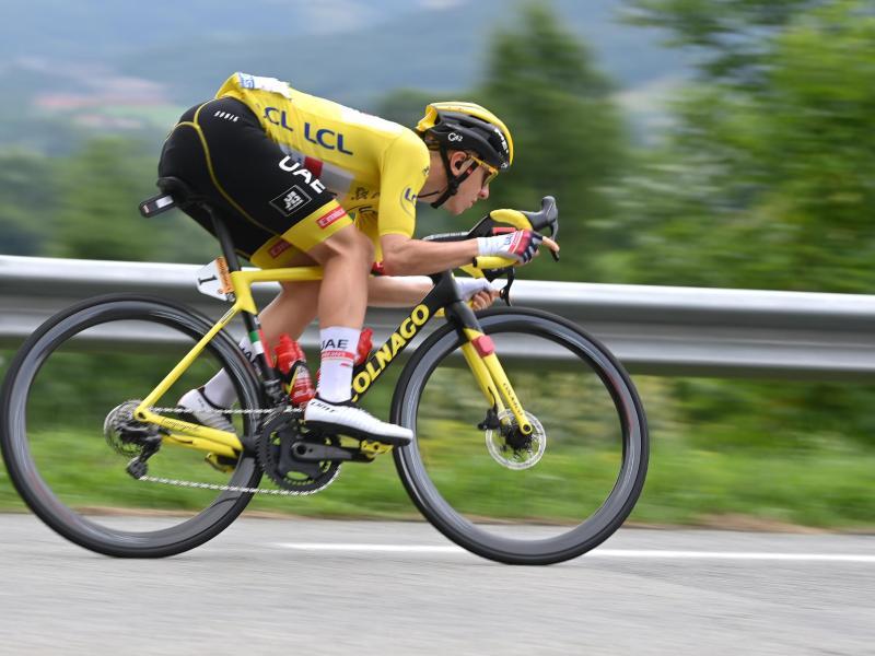 Fährt in Gelb auf den Mont Ventoux:Tadej Pogacar. Foto: David Stockman/BELGA/dpa