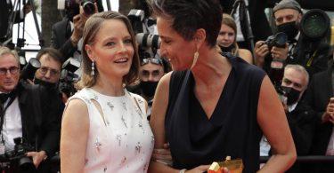 Jodie Foster mit ihrer Frau Alexandra Hedison auf dem roten Teppich in Cannes. Foto: Vianney Le Caer/Invision/dpa