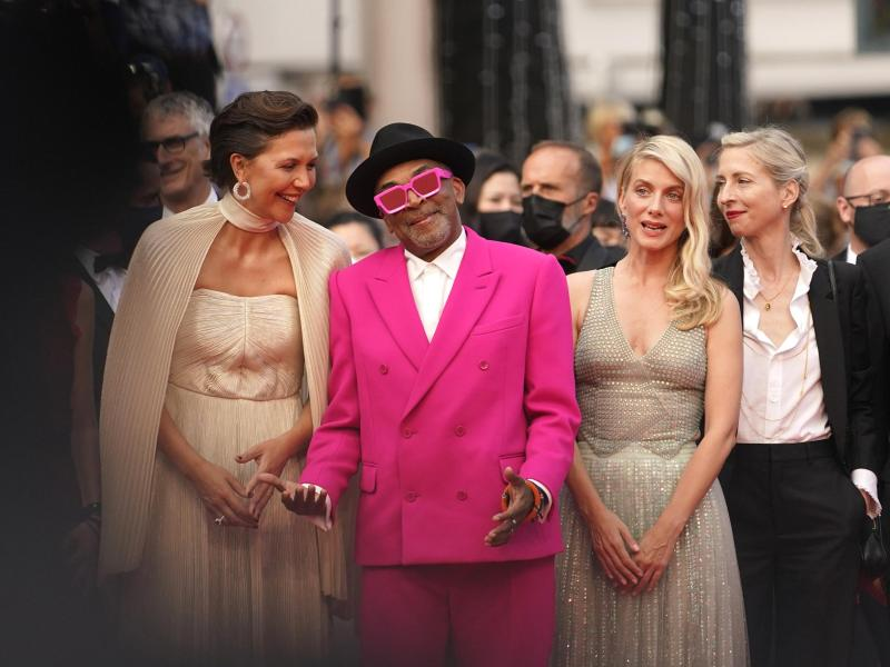 Jurypräsident Spike Lee ist nicht zu übersehen. Er kommt mit den Jurymitgliedern Maggie Gyllenhaal (l-r), Melanie Laurent und Jessica Hausner zur Eröffnungsfeier. Foto: Brynn Anderson/AP/dpa