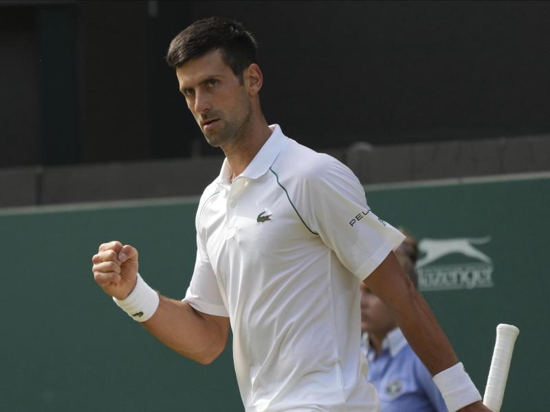 Hat in seinem Wimbledon-Viertelfinale eine lösbare Aufgabe vor sich: Novak Djokovic. Foto: Alberto Pezzali/AP/dpa