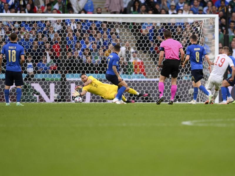 Italien-Keeper Gianluigi Donnarumma pariert einen Schuss von Spaniens Dani Olmo (19). Foto: Laurence Griffiths/Pool Getty/AP/dpa