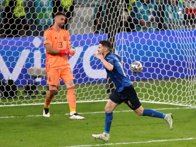 Jorginho (r) machte den Finaleinzug Italiens letztlich perfekt. Foto: Nick Potts/PA Wire/dpa