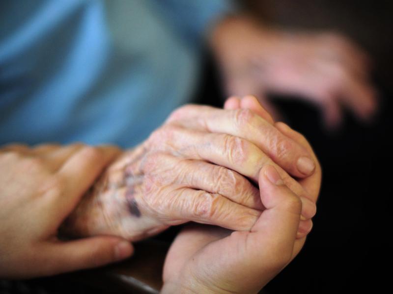 Die Pflege im Heim wird für Pflegebedürftige immer teurer. Foto: Daniel Reinhardt/dpa