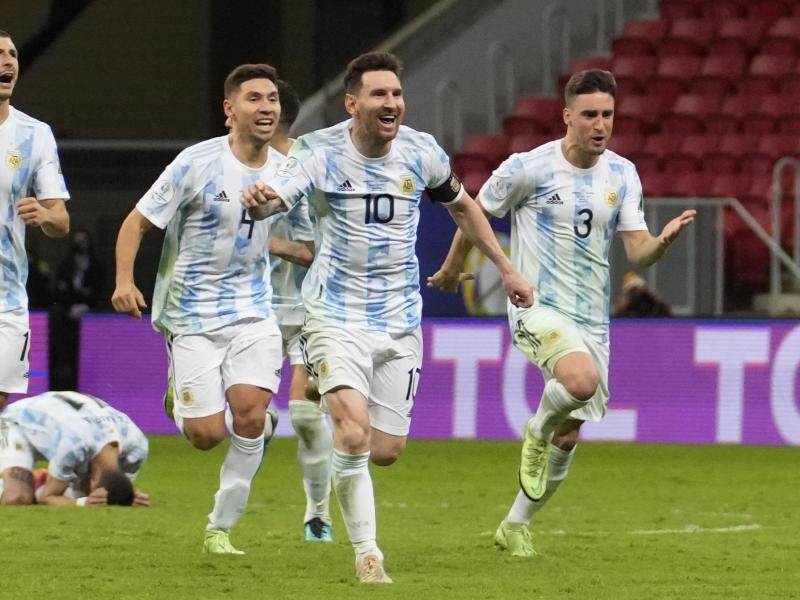 Lionel Messi (vorne) und Teamkollegen feiern den Sieg gegen Kolumbien im Elfmeterschießen. Foto: Andre Penner/AP/dpa
