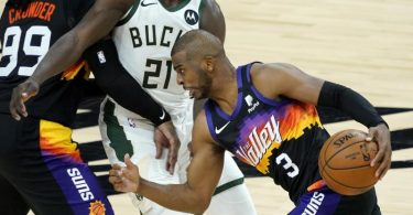 Der überragende Mann im Spiel gegen die Milwaukee Bucks: Chris Paul (r) von den Phoenix Suns in Aktion gegen Jrue Holiday (M). Foto: Matt York/AP/dpa