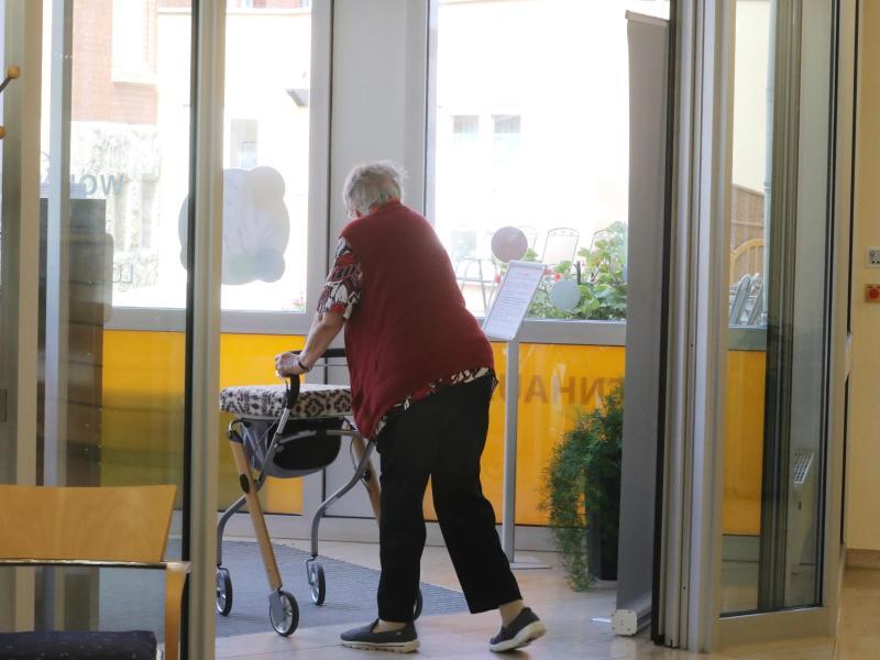 Die Pflege im Heim wird für Pflegebedürftige immer teurer - auch noch kurz vor einer nahenden Kostenbremse ab Anfang kommenden Jahres. Foto: Bodo Schackow/dpa-Zentralbild/dpa