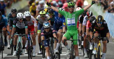 Mark Cavendish bejubelt, im Grünen Trikot des Führenden der Sprintwertung, seinen 33. Etappensieg bei der Zieleinfahrt. Foto: David Stockman/BELGA/dpa