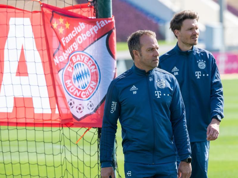 Trainer Hansi Flick (l) und Co-Trainer Danny Röhl während einer Übungseinheit des FCBayerns. Foto: Peter Kneffel/dpa