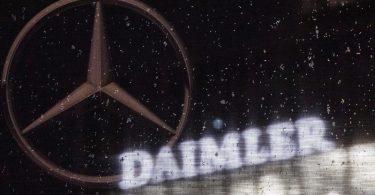 Das Logo der Daimler-AG an der Konzernzentrale. Foto: Marijan Murat/dpa/Archivbild