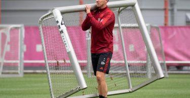Der neue Bayern-Trainer Julian Nagelsmann trägt ein Minitor auf den Trainingsplatz. Foto: Sven Hoppe/dpa