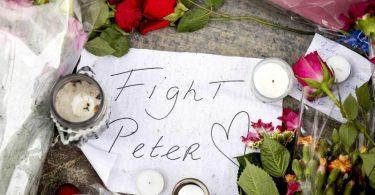 """Blumen, Kerzen und eine Botschaft mit """"Fight Peter"""" am Tatort in Amsterdam. Foto: Koen Van Weel/ANP/dpa"""