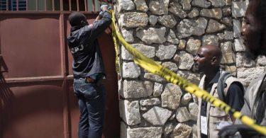 Ein Mitglied der Sicherheitskräfte versperrt den Zugang zu der Residenz des haitianischen Präsidenten Moïse. Foto: Joseph Odelyn/AP/dpa