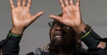 Jacob Zuma, ehemaliger Präsident von Südafrika, gestikuliert, während einer Pressekonferenz vor seinem Haus. Foto: Shiraaz Mohamed/AP/dpa