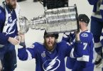 Lightning-Verteidiger David Savard jubelt mit dem Stanley Cup. Foto: Gerry Broome/AP/dpa