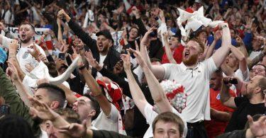 Englische Fans feiern im Wembley-Stadion. Foto: Andy Rain/Pool EPA/AP/dpa
