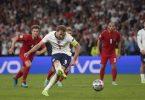Englands Harry Kane tritt zum Elfmeter an - erst der Nachschuss landete im Tor. Foto: Laurence Griffiths/Pool Getty/AP/dpa