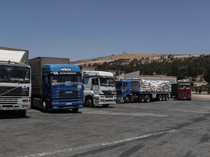 Lastwagen mit humanitärer Hilfe am türkisch-syrischen Grenzübergang Bab Al-Hawa. Foto: Anas Alkharboutli/dpa/Archivbild