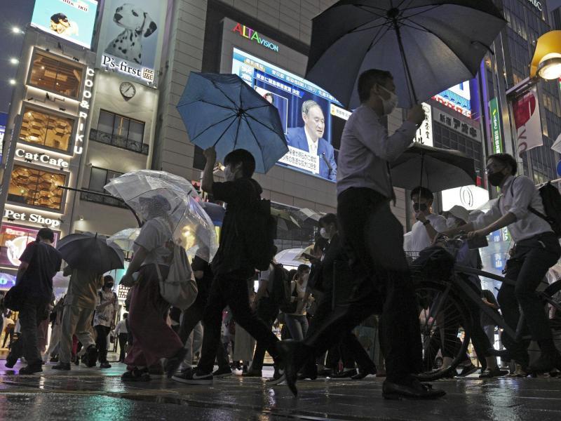 Die Regierung um Japans Premierminister Yoshihide Suga hat für Tokio erneut einen Notstand beschlossen. Foto: Eugene Hoshiko/AP/dpa