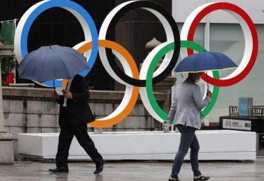 Passanten gehen an Olympischen Ringen in Tokio vorbei. Während der Spiele wird es keine Fans in den Stadien geben. Foto: Rodrigo Reyes Marin/ZUMA Wire/dpa