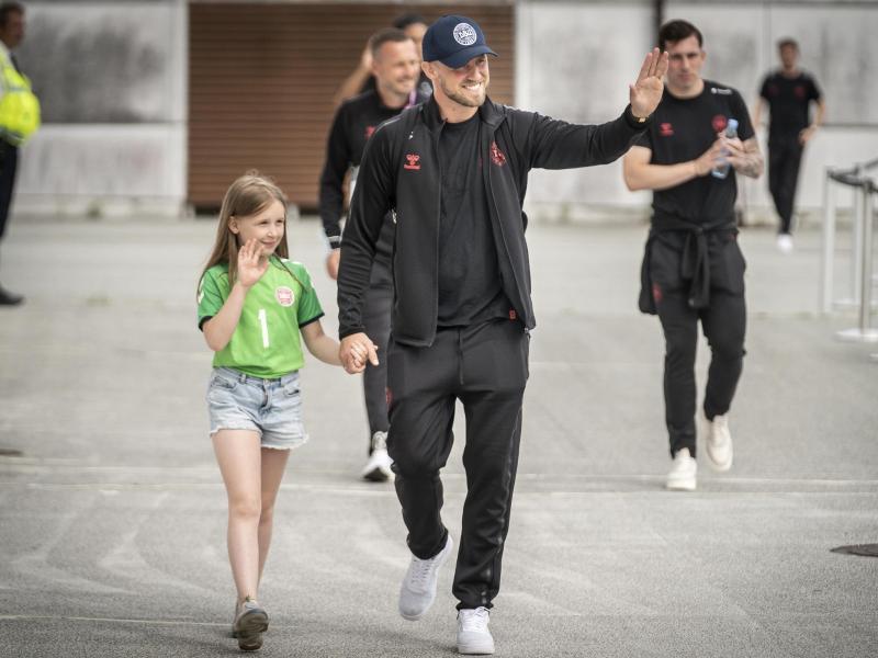 Dänemark-Torhüter Kasper Schmeichel (M) wird von Tochter Isabella zurück auf heimischen Boden begleitet. Foto: Mads Claus Rasmussen/Ritzau Scanpix/AP/dpa