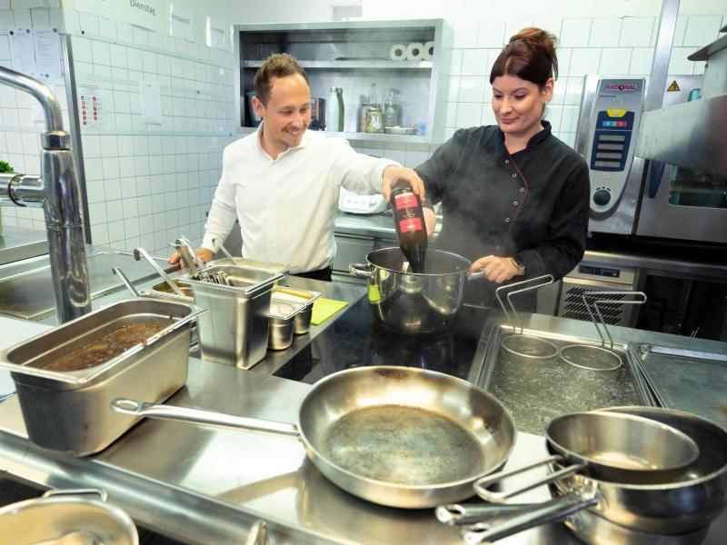 Köche bereiten in der Küche eines Restaurants eine Soße zu. Firmen und potenzielle Azubis finden kurz vor dem neuen Ausbildungsjahr nur schwer zusammen. Foto: Bernd Weißbrod/dpa