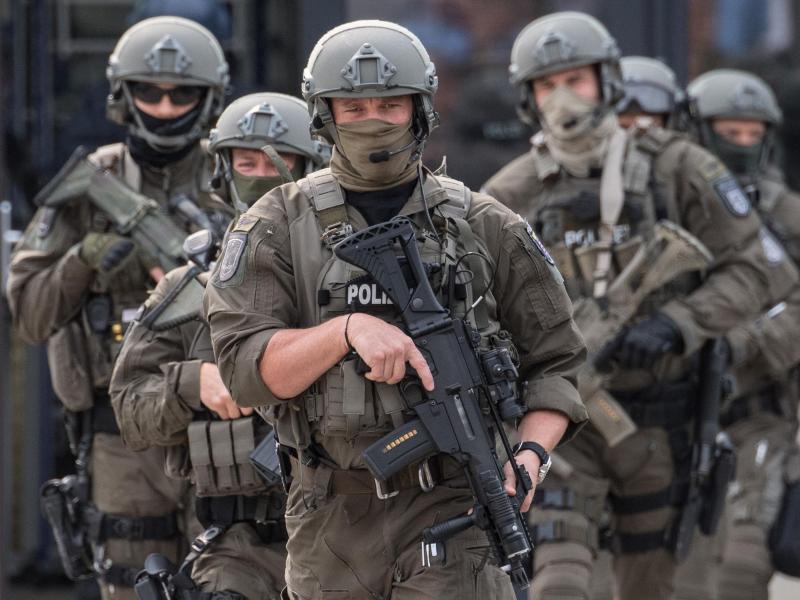 Beamte des Spezialeinsatzkommandos (SEK) der Polizei Frankfurt während einer Übung. Foto: Boris Roessler/dpa