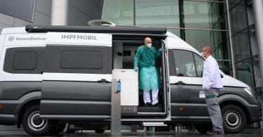 Ein zum Impfmobil umgebautes Wohnmobil in Dresden. Mehrere Bundesländer bereiten neue, einfachere Angebote für Impf-Unentschlossene vor. Foto: Robert Michael/dpa-Zentralbild/dpa