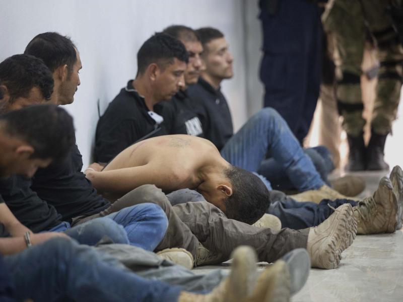 Verdächtige in der Ermordung des haitianischen Präsidenten Jovenel Moïse werden den Medien vorgeführt. Foto: Joseph Odelyn/AP/dpa