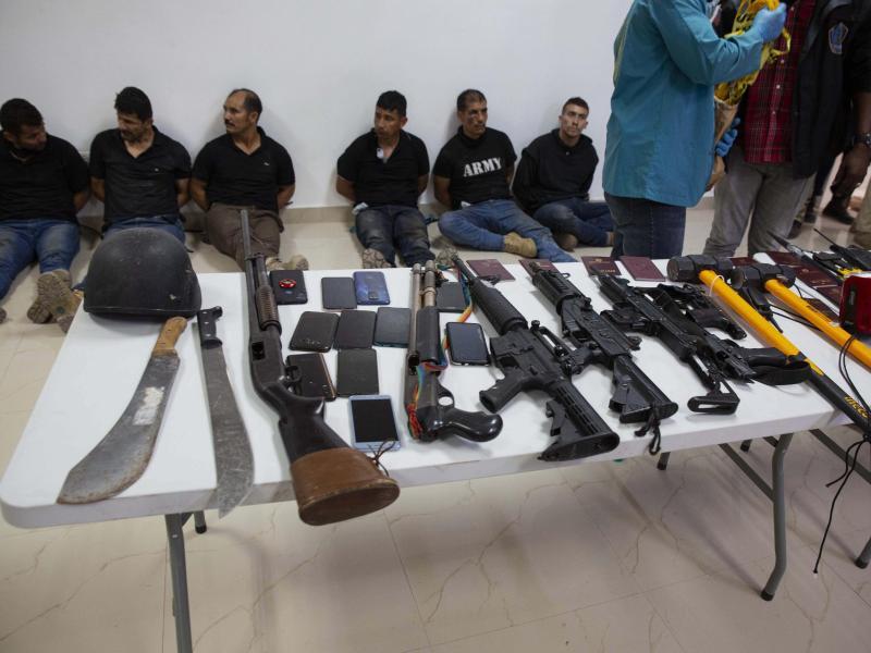 Auch Waffen und Ausrüstung, die angeblich bei dem Angriff verwendet wurden, sind in der Generaldirektion der Polizei in Port-au-Prince ausgestellt. Foto: Joseph Odelyn/AP/dpa