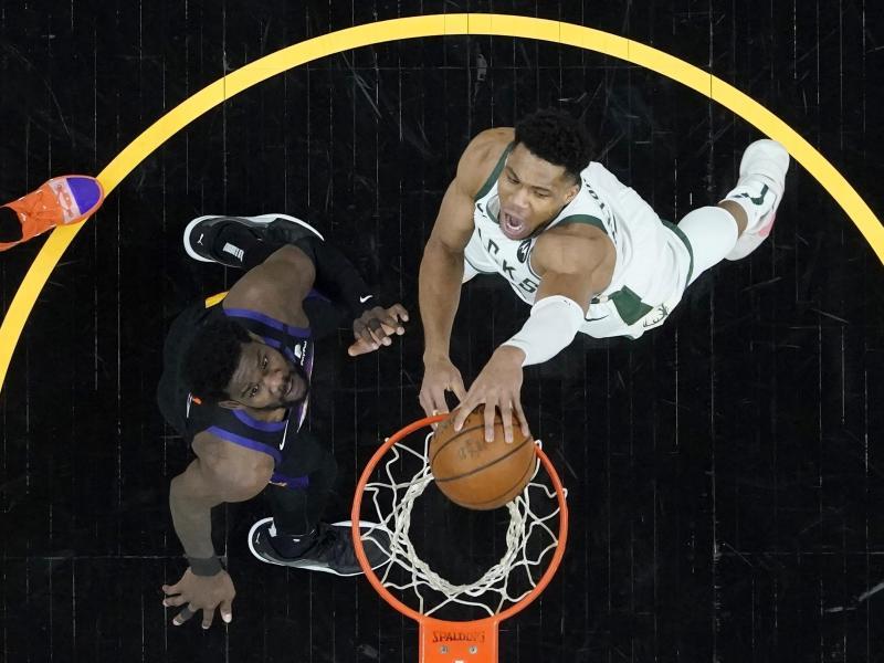 Giannis Antetokounmpo (r) dunkt den Ball in den Korb der Phoenix Suns. Foto: Ross D. Franklin/AP/dpa