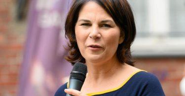 Annalena Baerbock, Kanzlerkandidatin und Direktkandidatin von Bündnis 90/Die Grünen, spricht während eines Bürgergesprächs zu ihrem Wahlkampfauftakt. Foto: Soeren Stache/dpa-Zentralbild/dpa